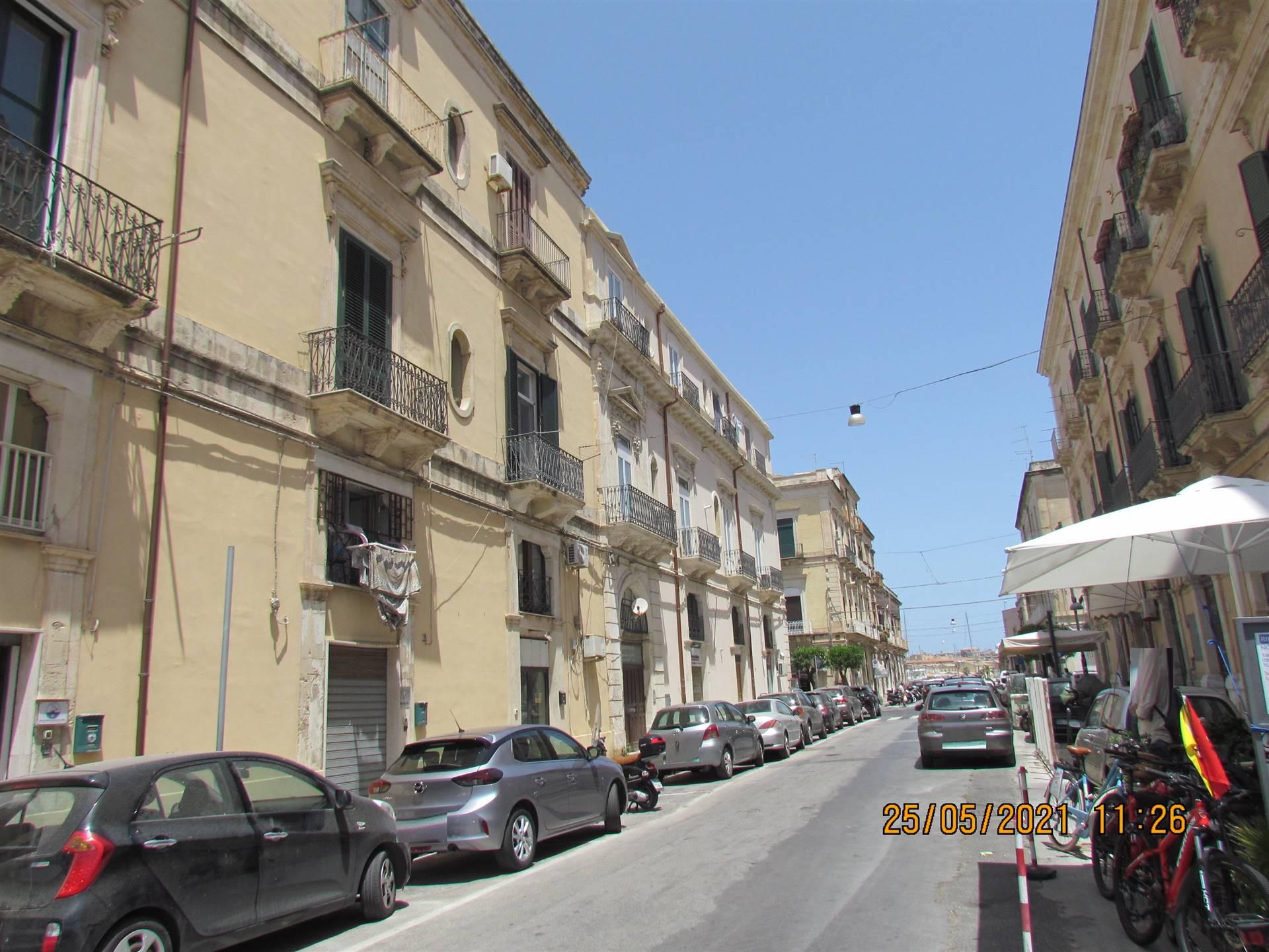 Nella zona Umbertina di Siracusa, a pochi passi dal centro storico di Ortigia, in un palazzo della seconda metà del' 800 disponiamo di un
