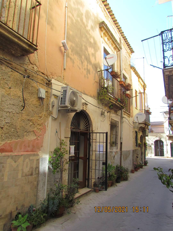 In Ortigia, vicino ad una antica chiesa siracusana databile al 326 d.C. (ex Basilica di San Pietro) disponiamo di un appartamento di 55 mq posto al