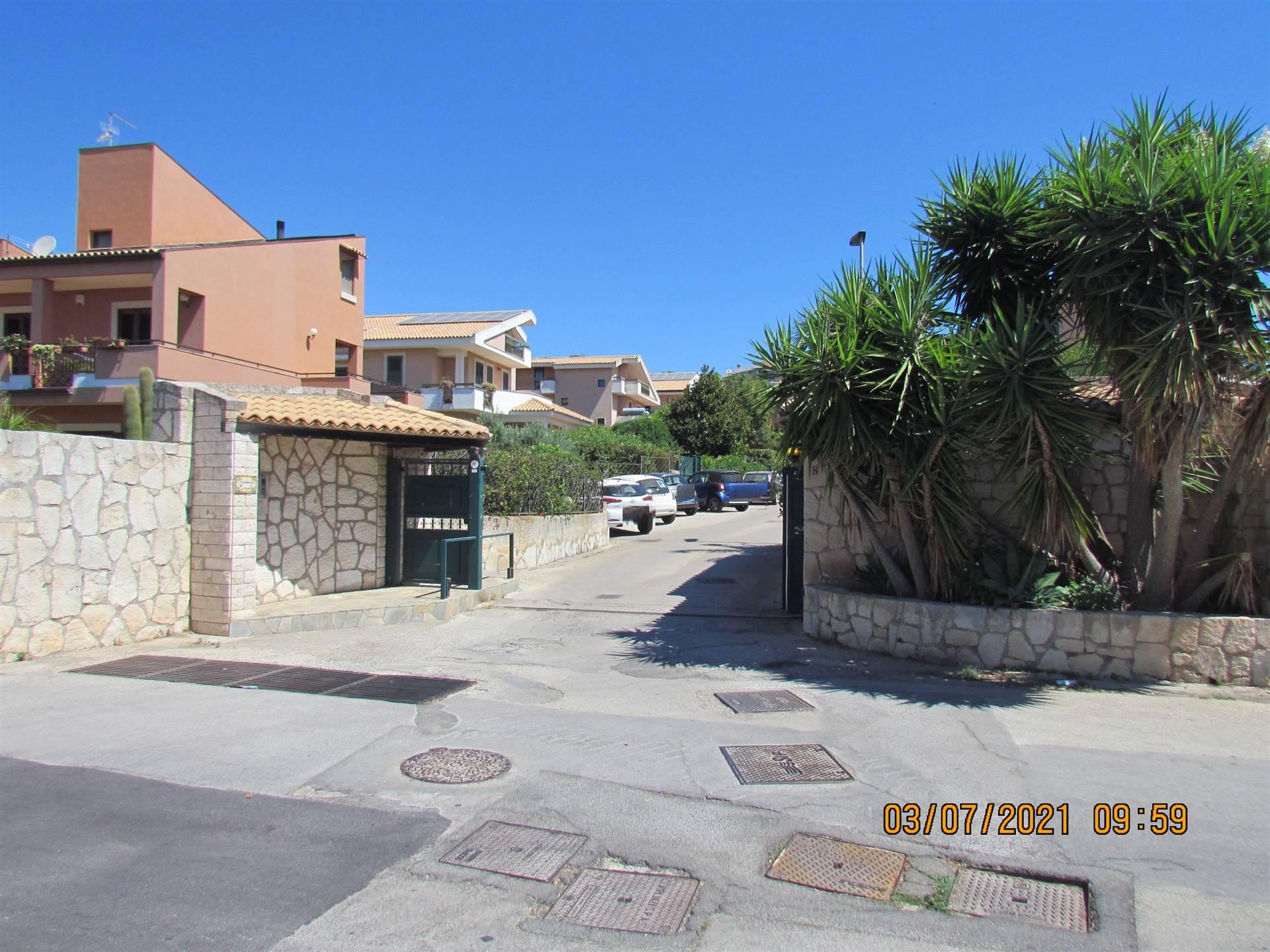 In zona Tremilia, all'interno del Residence Eurialo disponiamo di una villetta bifamiliare di 168 mq, distribuita su quattro elevazioni,