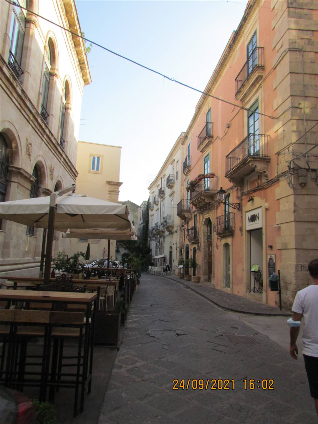 In Via Roma, a few steps from Piazza's Duomo in Ortigia, we have a 69 sqm apartment located on the first floor, composind by: entrance hall on the