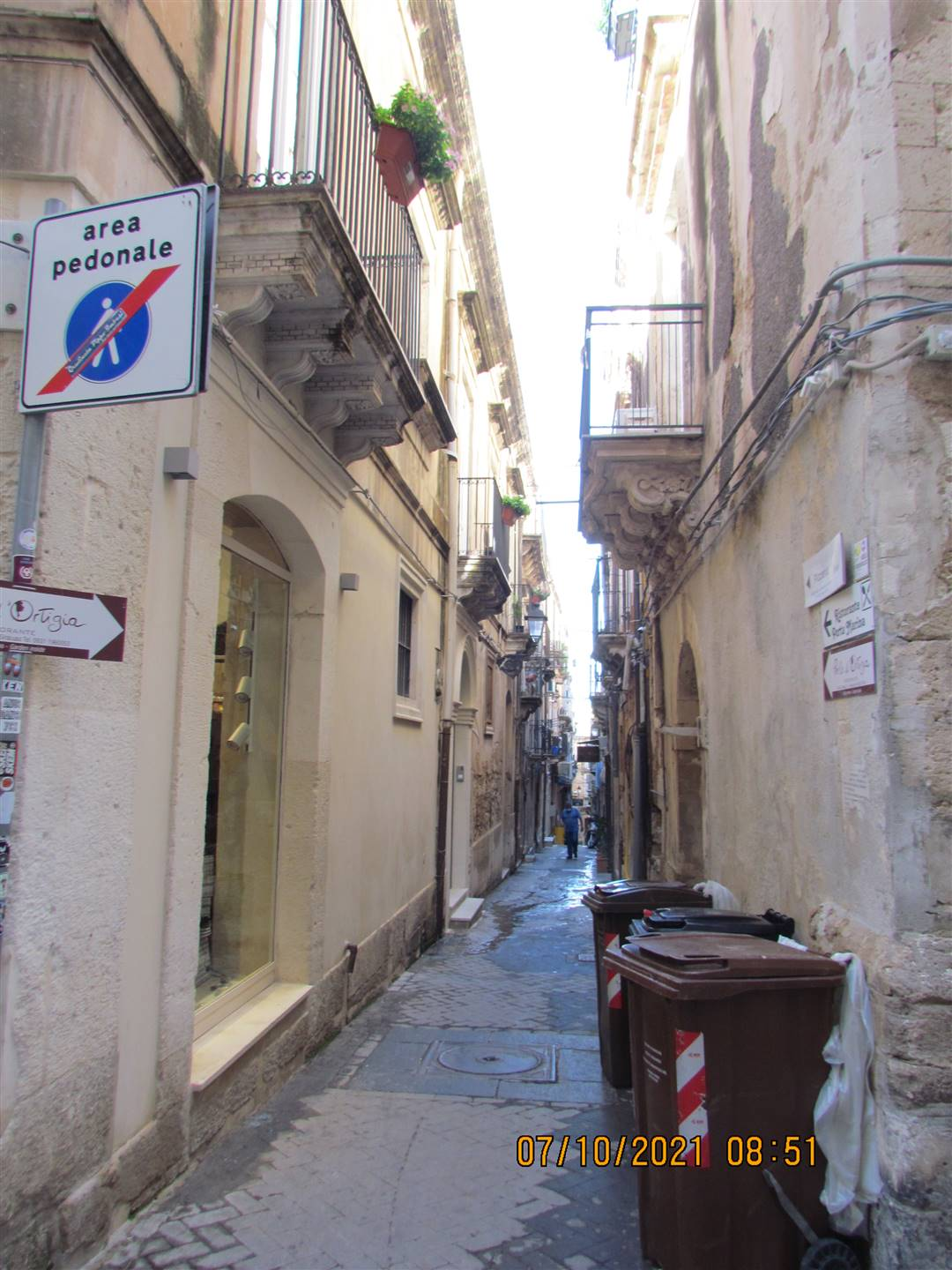 In Via dei Candelai in the historic center of Ortigia, we have an 80 sqm apartment located on the second floor and composing by: entrance hall, three