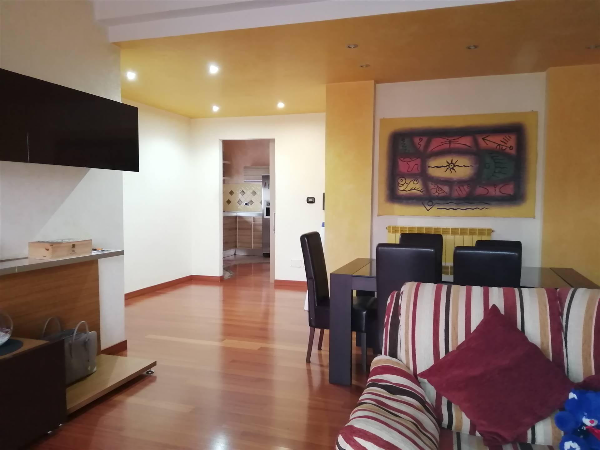 Vendiamo splendido appartamento collocato al secondo piano disposto su un unico livello. L''immobile dislocato su una superficie di circa 100 mq commercialie si caratterizza con finiture di parquet