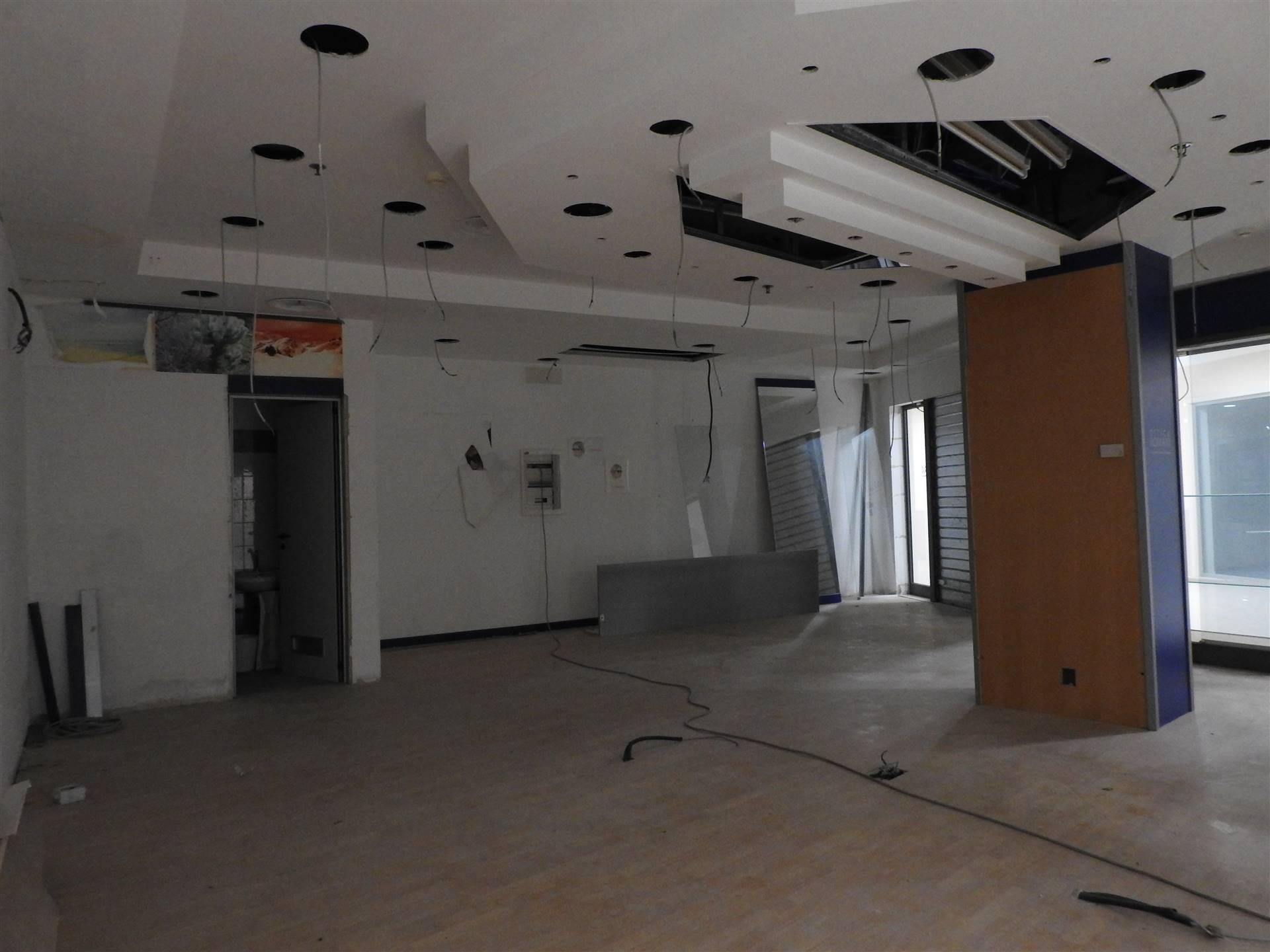 Locale Commerciale di 80 mq disposto al primo piano del Centro Commerciale I Mulini. L'immobile si compone di due entrate ed è collegato al pian