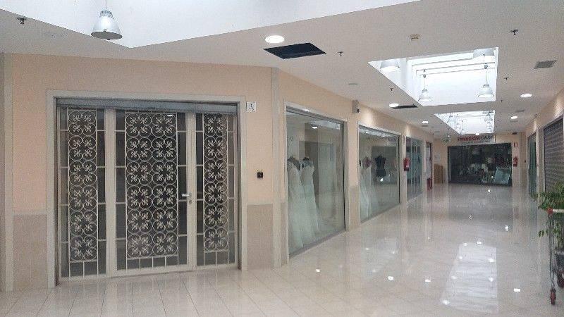 Locale Commerciale di 100 mq disposto al primo piano del Centro Commerciale I Mulini. L'immobile si compone di un' entrata e diverse vetrine