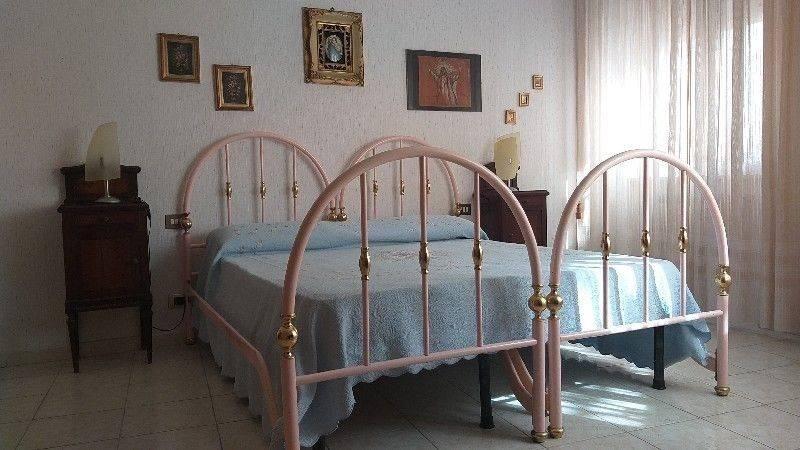Appartamento Trilocale arredato per Uso Transitorio collocato in zona San Gordiano sito al pian terreno di una villa con giardino . L'immobile, ampio