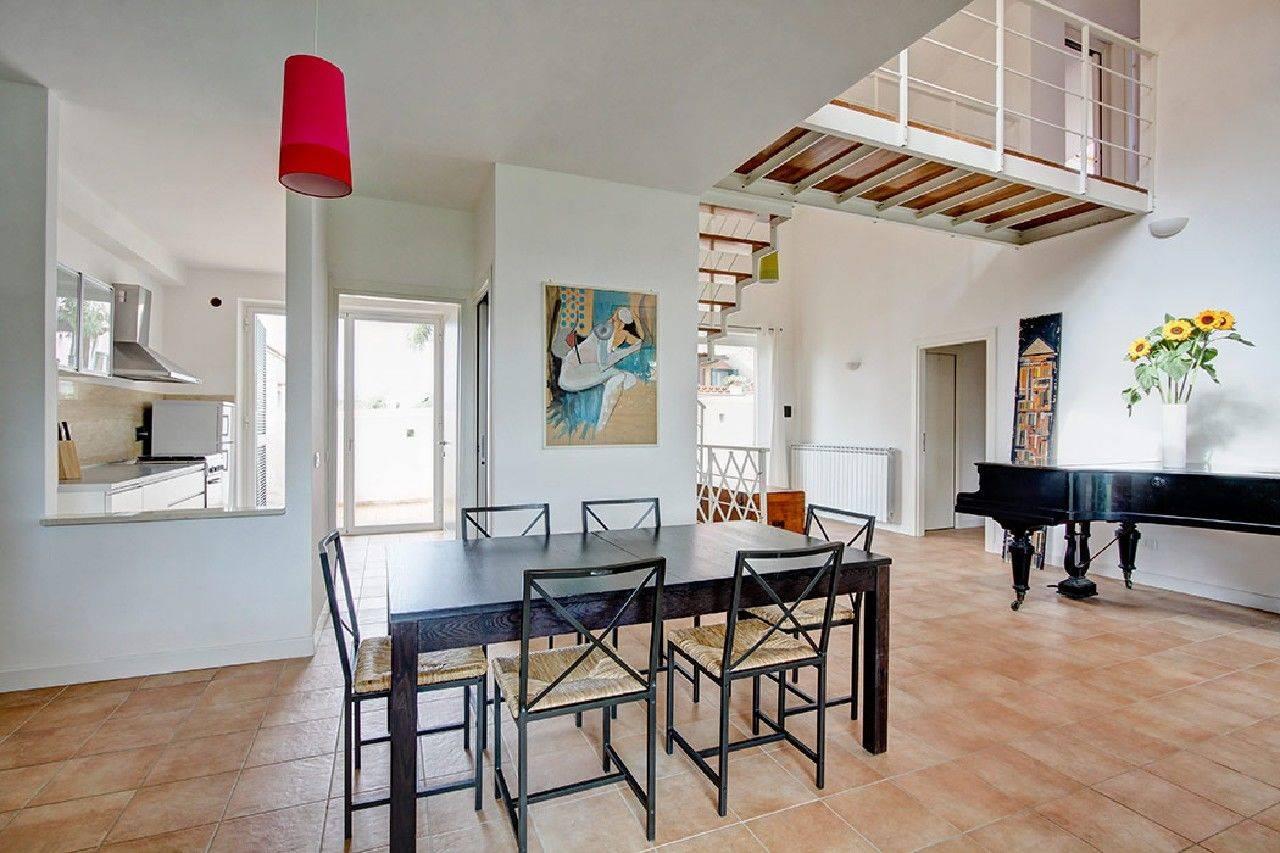 Villa Quadrifamigliare di recente costruzione per Affitto Transitorio. L'immobile, in stile moderno, si sviluppa su due livelli per circa 160 mq ed è