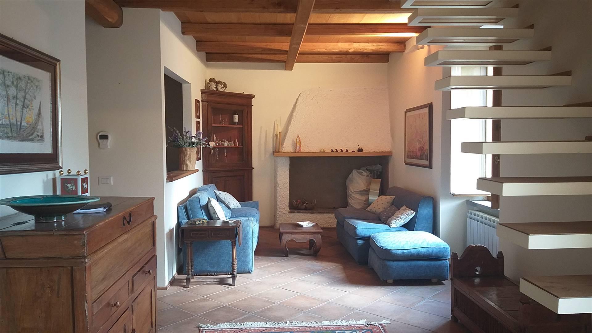 Appartamento trilocale indipendente in vendita. L'immobile si colloca al centro della cittadina di Tolfa ed è ubicato al primo piano di una palazzina