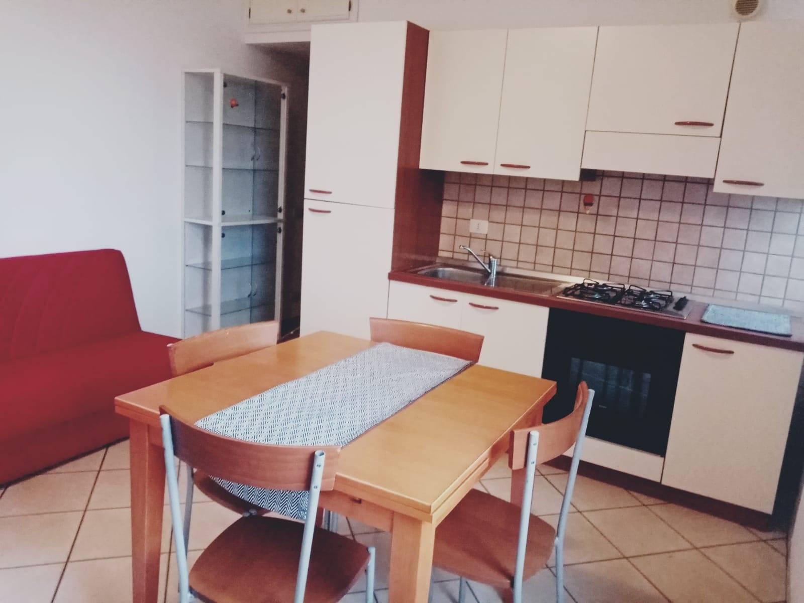 Appartamento Bilocale Arredato. L'immobile è situato in zona semicentrale vicino al Parco Uliveto vicino ai principali servizi di interessi della cittadina e non lontano del centro . L'abitazione,