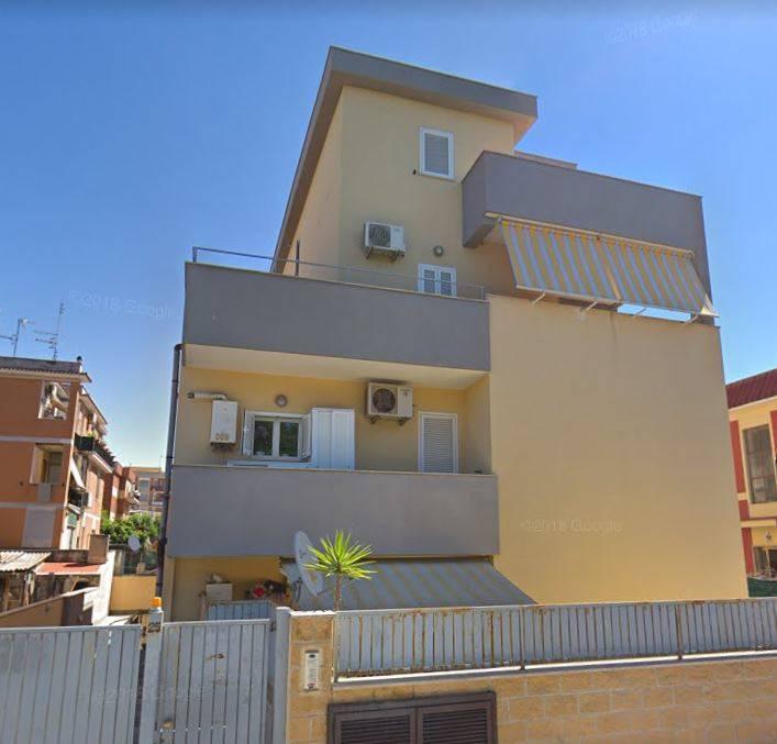 Appartamento al piano secondo e terzo di una palazzina di tre piani fuori terra ed un piano interrato per il box. L'appartamento è composto da: - al secondo piano: ingresso, disimpegno con soggiorno