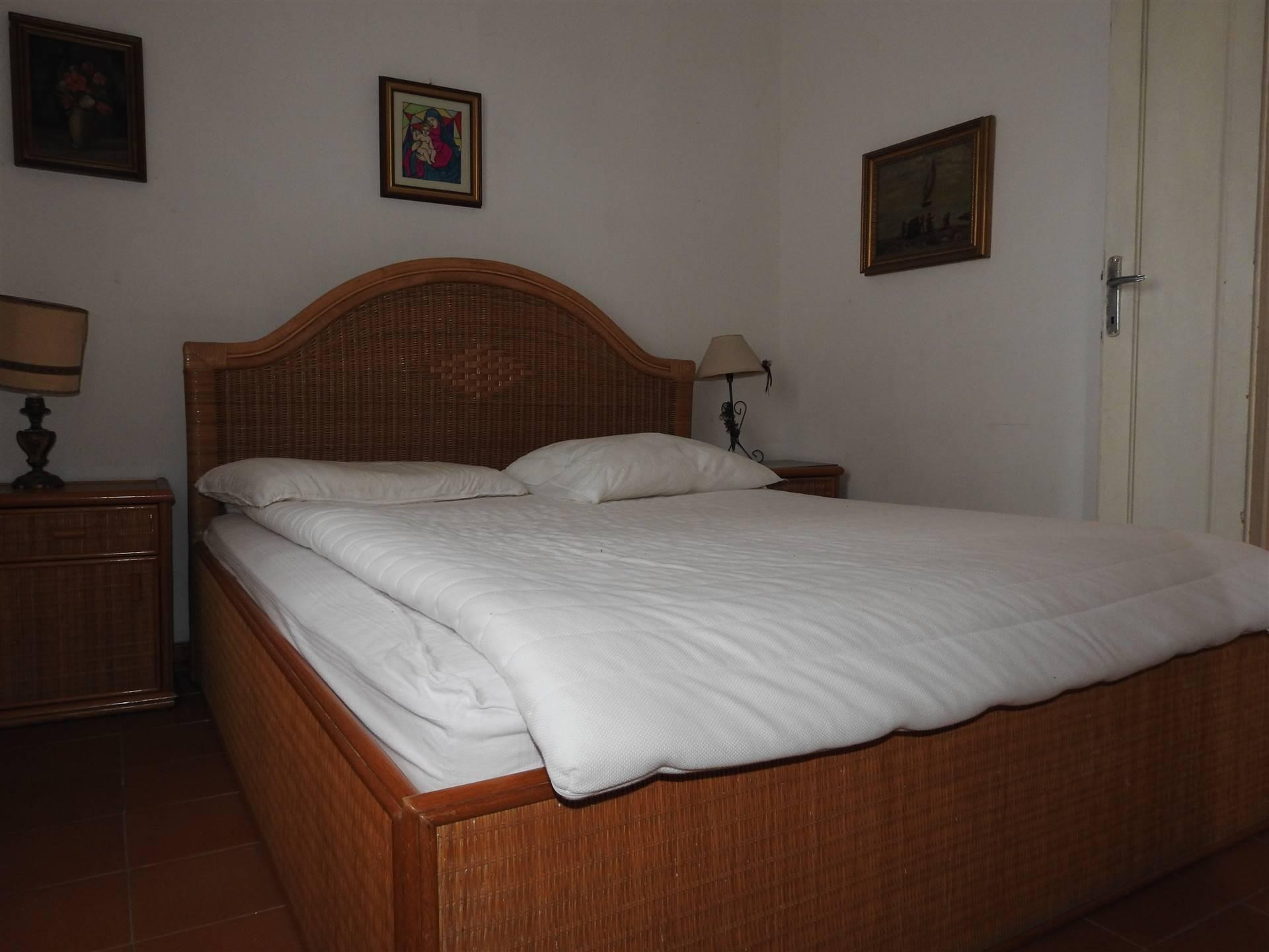 Casa Indipendente per le Vacanze. L'abitazione si colloca nei pressi del lungomare di Santa Severa e si dispone su un unico livello composto da ingresso con saloncino, una camera da letto