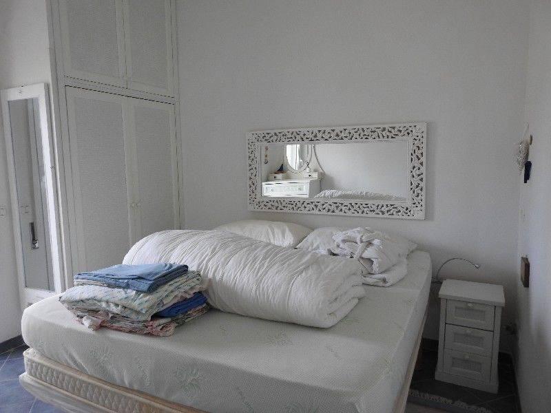 Appartamento trilocale per le vacanze. L'immobile è disposto su due livelli al secondo ed ultimo piano di una palazzina ed è dotata di tutti i confort necessari per trascorrere una vacanza
