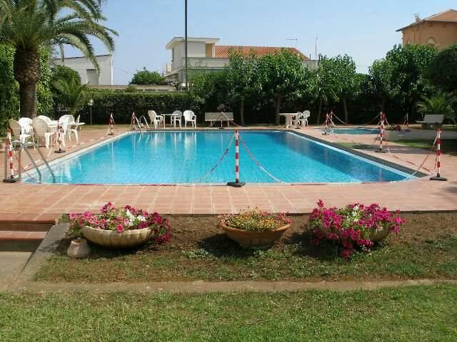 Appartamento per le Vacanze. Appartamentino sito in pieno centro, all'interno di un complesso residenziale con piscina e nei pressi della passeggiata