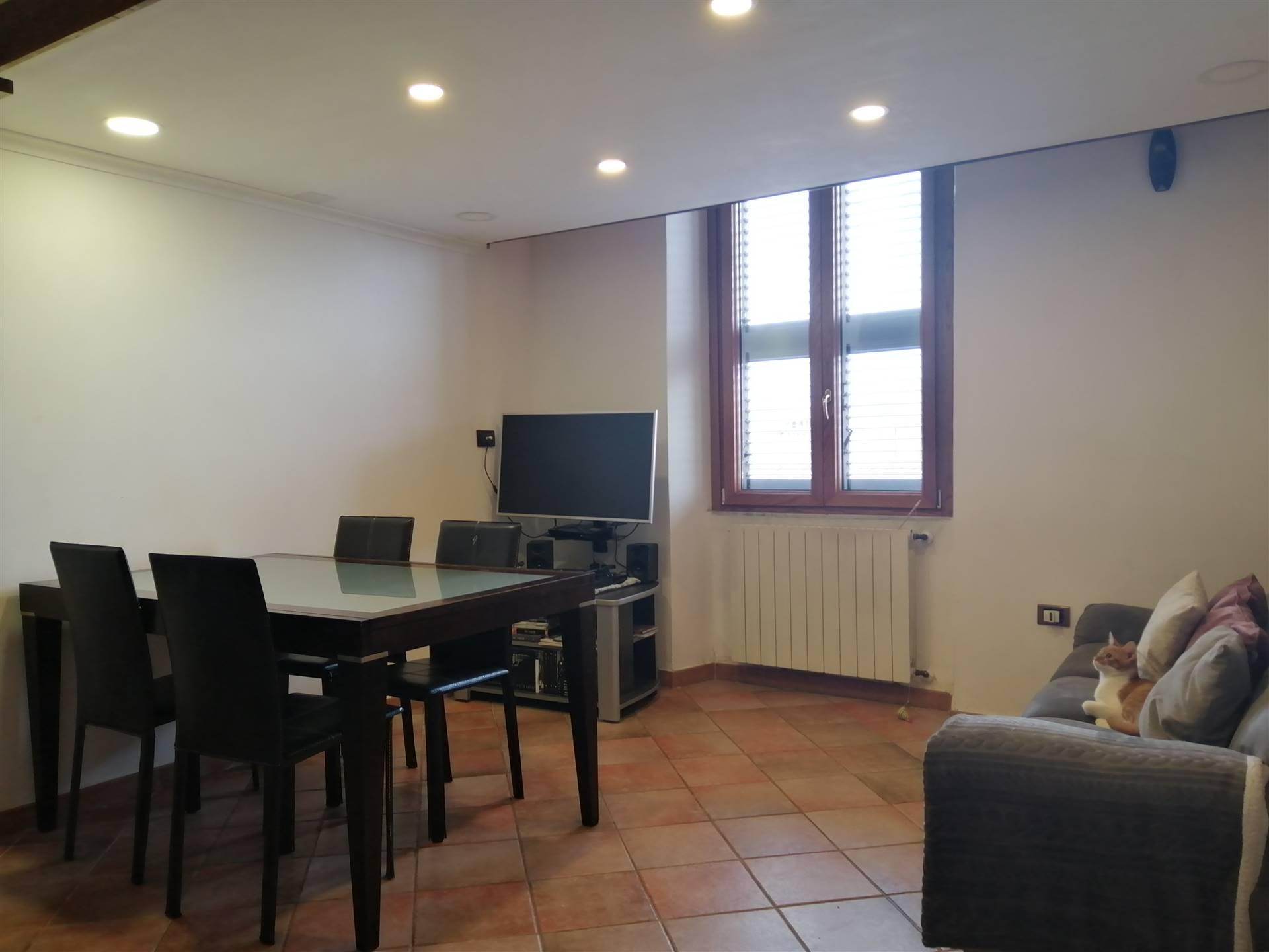 Appartamento trilocale in vendita. L'immobile si colloca nel centro storico della città di Civitavecchia ed è ubicato al terzo piano rialzato di una palazzo con cortile interno e posto auto.