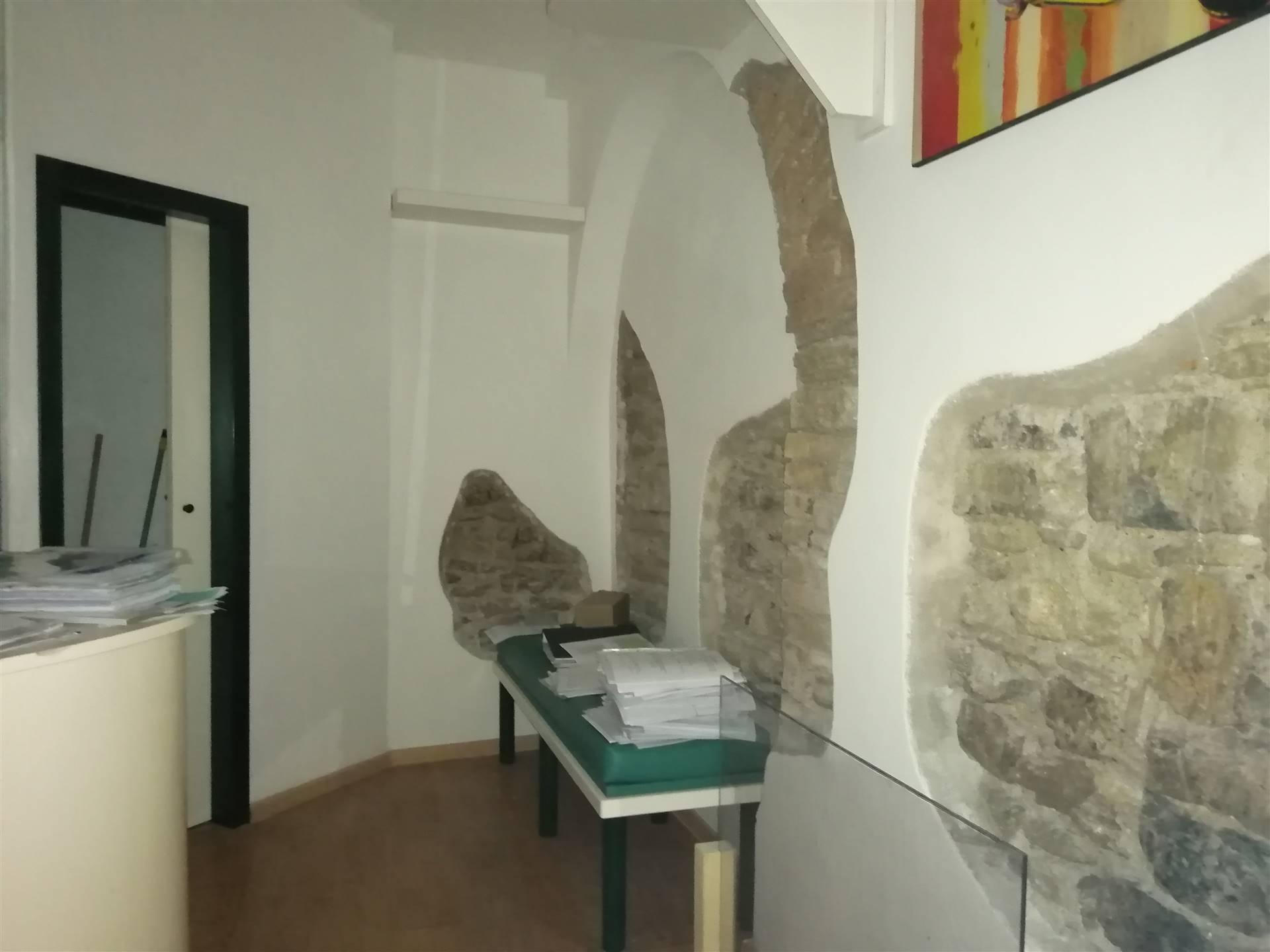 Locale commerciale di 50 metri quadrati circa, situato nel centro storico della città, a due passi dal Porto di Civitavecchia e dai principali