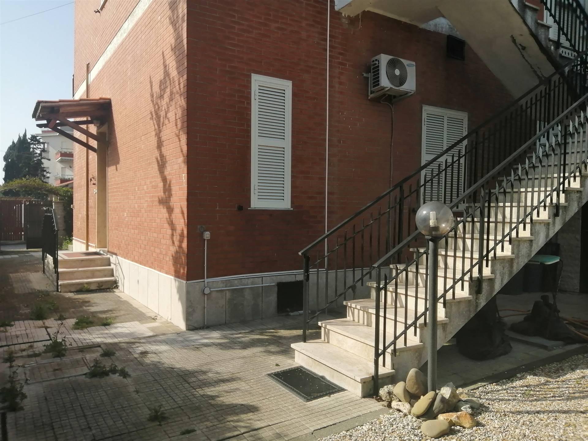 Proponiamo in vendita, a Santa Marinella e più precisamente in via Augusta, zona molto tranquilla e ben servita, due appartamenti di 55 metri quadrati l'uno. Al piano rialzato l'immobile è composto