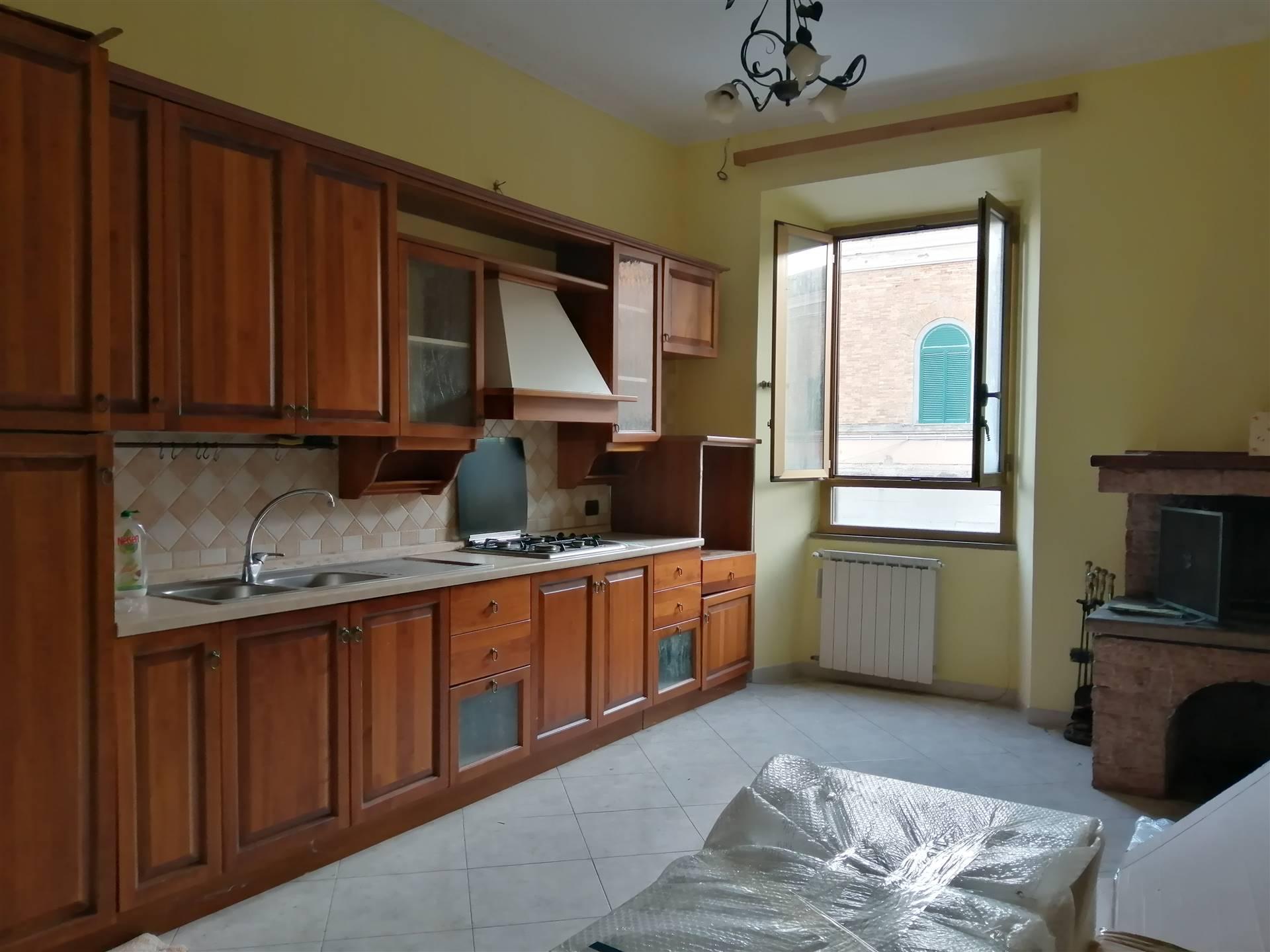 La Servizi Immobiliari Cv propone in vendita in una delle vie adiacenti al Porto di Civitavecchia un trilocale di metri quadrati 75 circa al primo ed