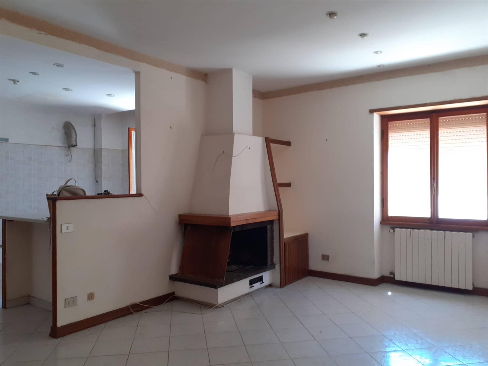 Appartamento Quadrilocale non arredato collocato in zona centralissima, vicino ai principali servizi di interesse della citta, a pochi passi dal