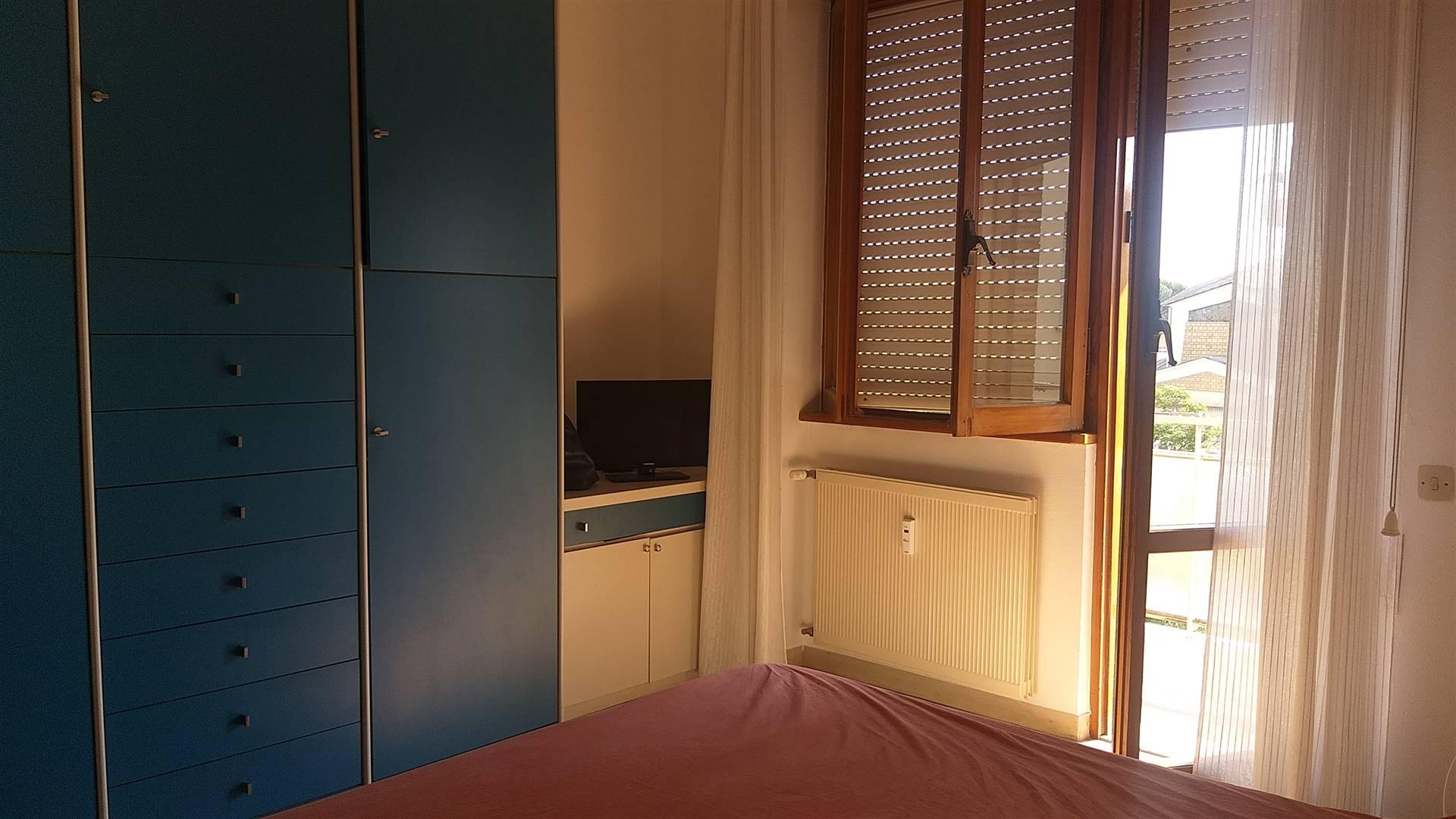 Appartamento Quadrilocale semiarredato collocato in zona semicentrale, nei pressi della Caserma Piave e non lontano dal centro. L'immobile si colloca al primo piano con ascensore di una palazzina di