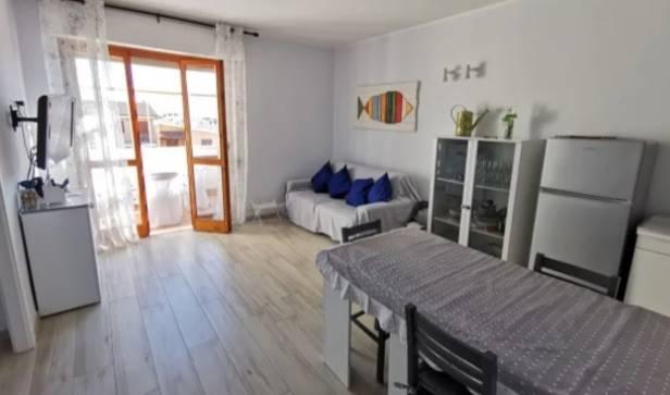 Appartamento bilocale per le vacanze. L' immobile appena ristrutturato è dotato di quattro posti letto ed è disponibile solo per il mese di Luglio. L'abitazione si compone di ampia sala con cucina a