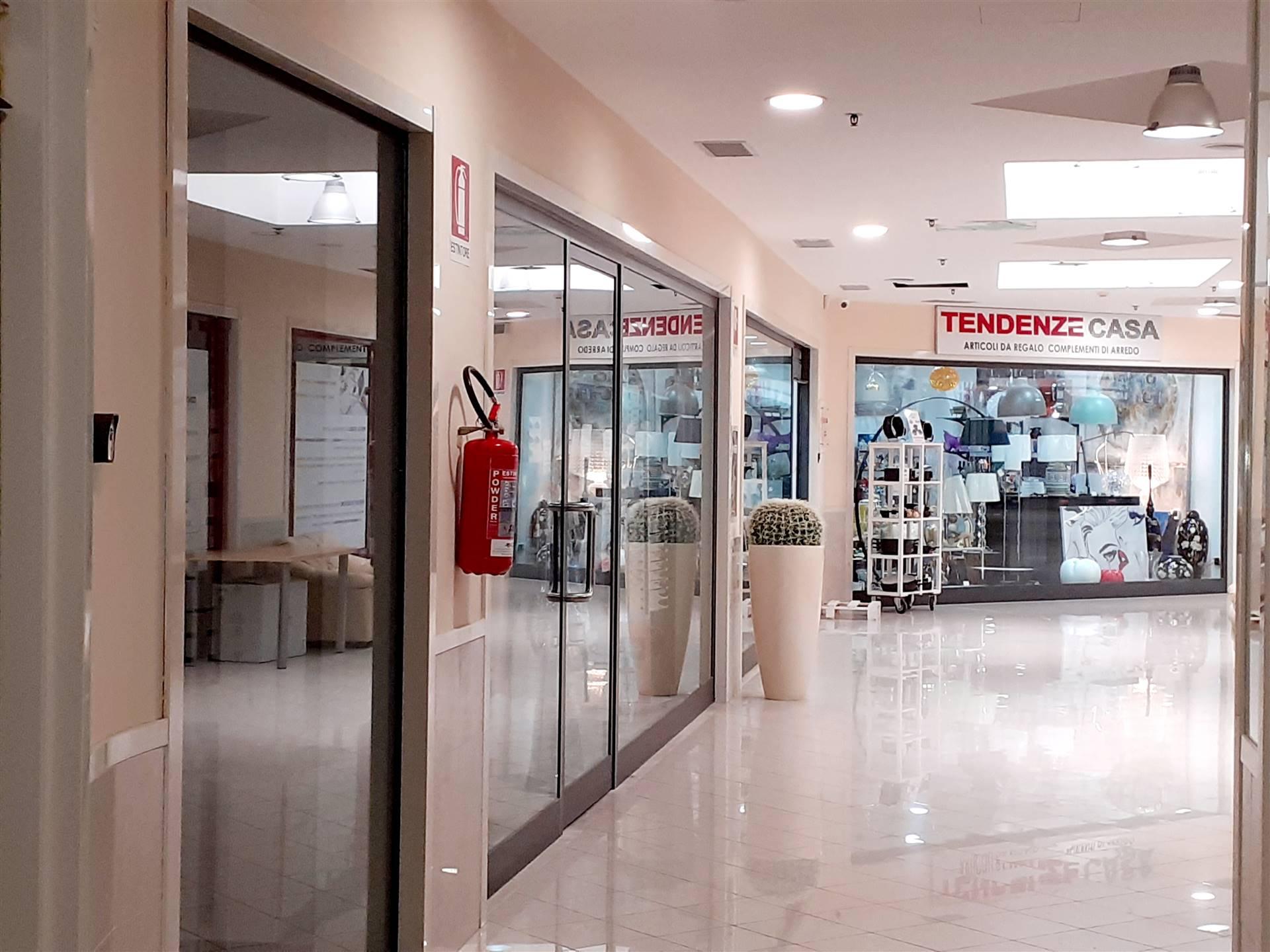 Locale Commerciale di circa 40 mq posto al primo piano del centro commerciale I Mulini nel cuore della città. Il locale si presenta in ottimo stato è dotato di vetrina più un ampio ingresso con