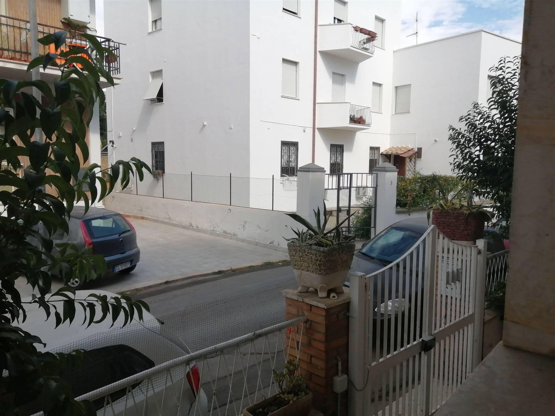 Civitavecchia - Borgo Odescalchi Appartamento trilocale in vendita. L'immobile al piano rialzato in una piccola ed elegante palazzina è così composto: salone, cucina abitabile, ampio disimpegno, due