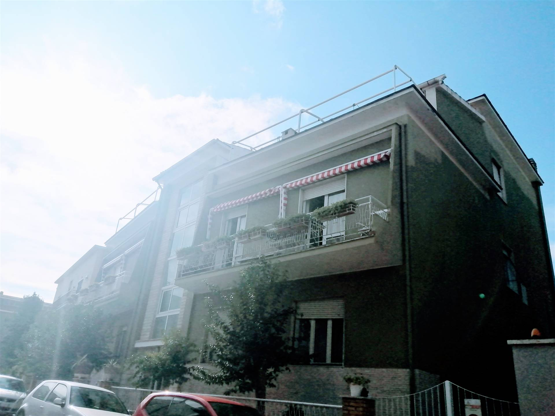 A Borgo Odescalchi e precisamente in via Giacomo Puccini, in uno dei quartieri più esclusivi della città proponiamo in vendita un attico di ampia