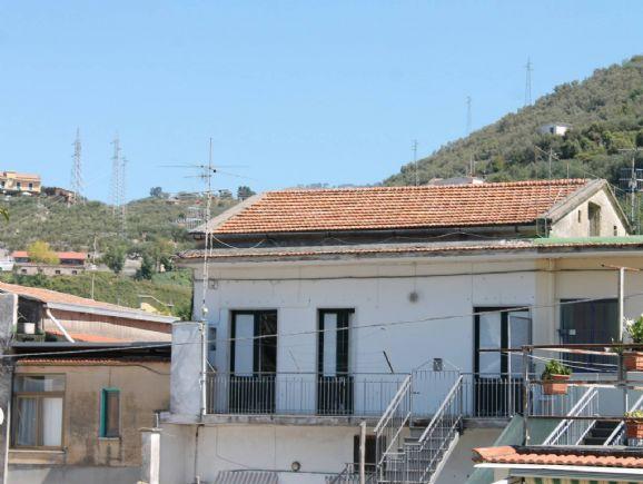 AROLA, VICO EQUENSE, Appartamento in vendita di 46 Mq, Da ristrutturare, Classe energetica: G, Epi: 0 kwh/m2 anno, posto al piano 1°, composto da: 2