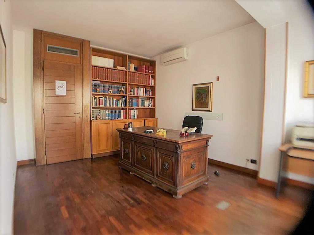 MONTECATINI TERME, Ufficio in affitto di 220 Mq, Ottime condizioni, Riscaldamento Autonomo, Classe energetica: E, Epi: 167 kwh/m3 anno, posto al