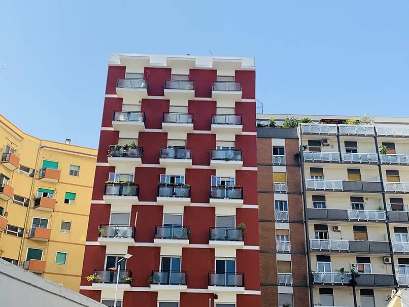 Bari - San Pasquale - Via Postiglione - Quadrivani a Piano Alto- In stabile ristrutturato, proponiamo quadrivani a piano alto così composto: ingresso su salone doppio (divisibile) con affaccio su