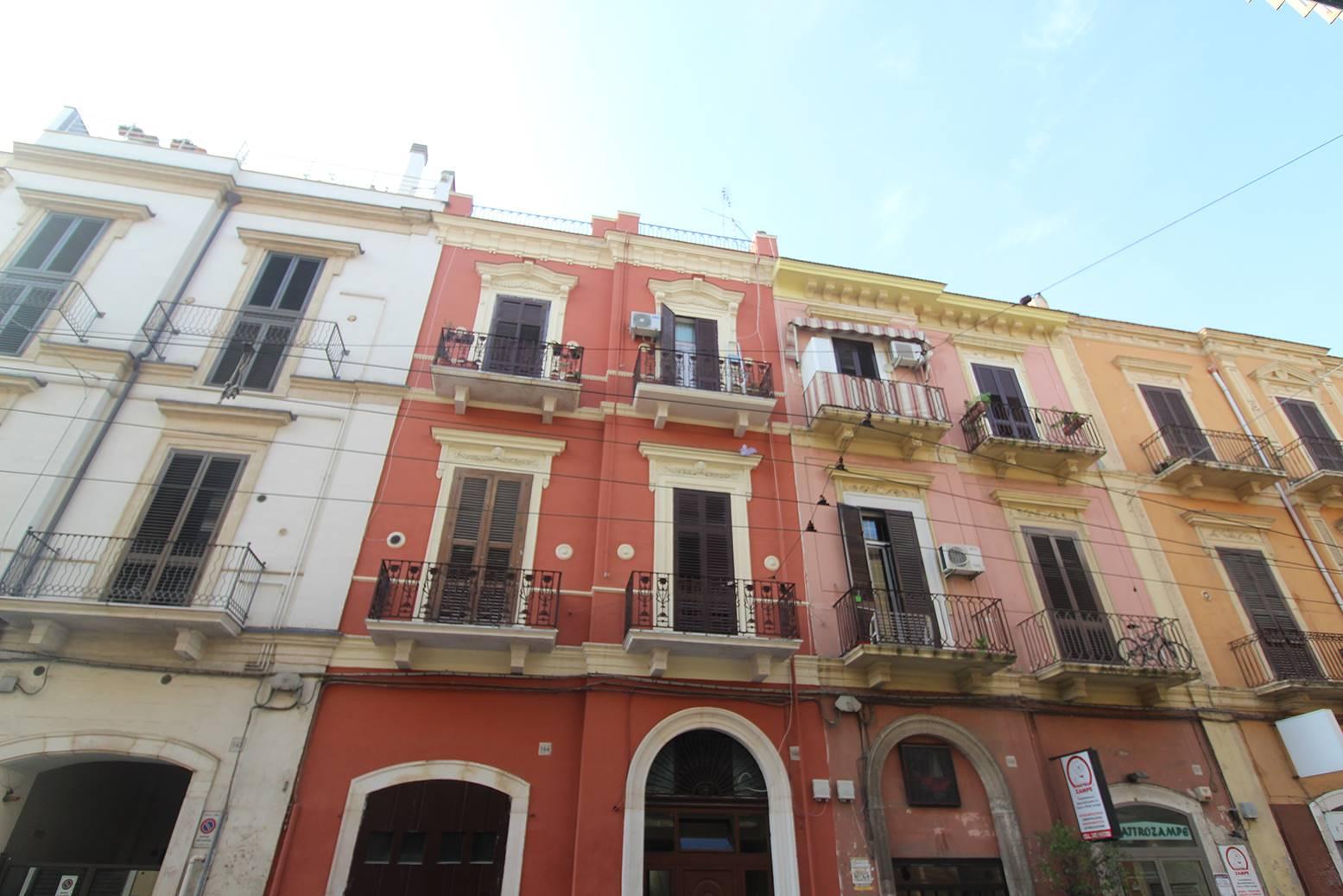 Bari - Libertà - Via Napoli - Appartamento di Mq 110 Ristrutturato - Proponiamo in vendita immobile di Mq 110 al piano terra con doppio ingresso completamente ristrutturato e arredato. Dalla strada,