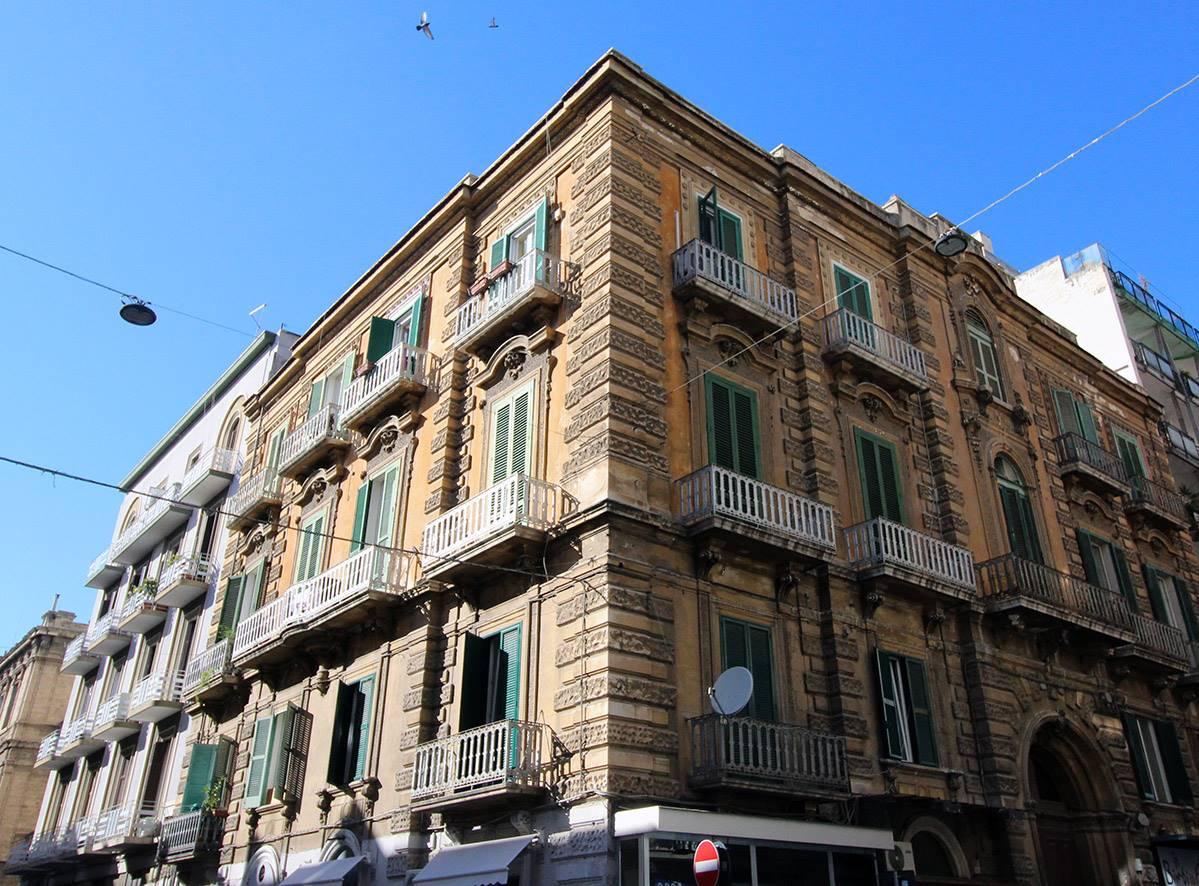 Bari - Murat - Via Manzoni /V.ze Piazza Garibaldi - Libero Bivani di Mq 70 - Nel famoso Palazzo Manzoni, uno dei palazzi più caratteristici dello storico quartiere murattiano, proponiamo un comodo