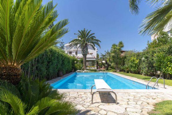 Bari - C.so Alcide De Gasperi - Elegante Villa con Piscina e Giardino Piantumato. - Proponiamo esclusiva e rifinita residenza di Mq 350 interni con