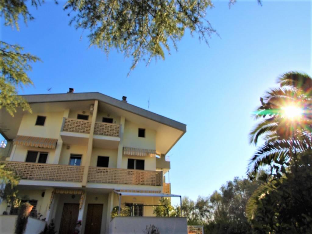 In minicondominio con verde e area parcheggio, composto di sole 4 unità abitative, proponiamo un appartamento di 200 mq interni su due livelli con