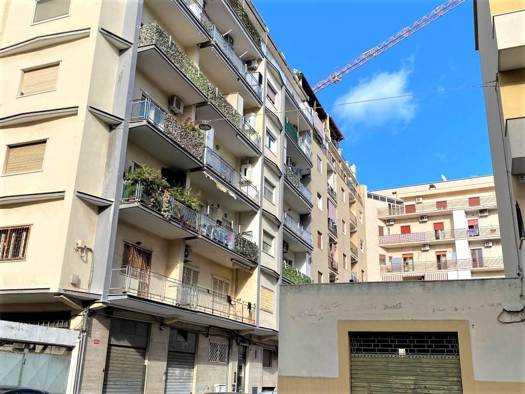 A pochi passi da Corso Mazzini proponiamo un trivani di 85 mq. precisamente in Via Fiorino, una zona riservata ma che gode di tutti i servizi. L'immobile è ubicato al primo piano in uno stabile con