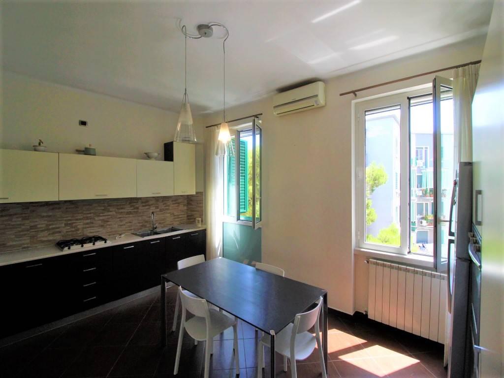 A Bari in Via Magna Grecia in posizione angolare con via Peucetia, proponiamo in vendita un appartamento totalmente ristrutturato di mq.95 interni e cantina con disponibilità immediata. L'abitazione