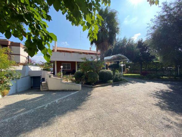 A Bari Poggiofranco, precisamente in Via Giulio Petroni, proponiamo in vendita un'esclusiva villa indipendente in posizione angolare, ottimamente distribuita, con giardino perimetrale piantumato.