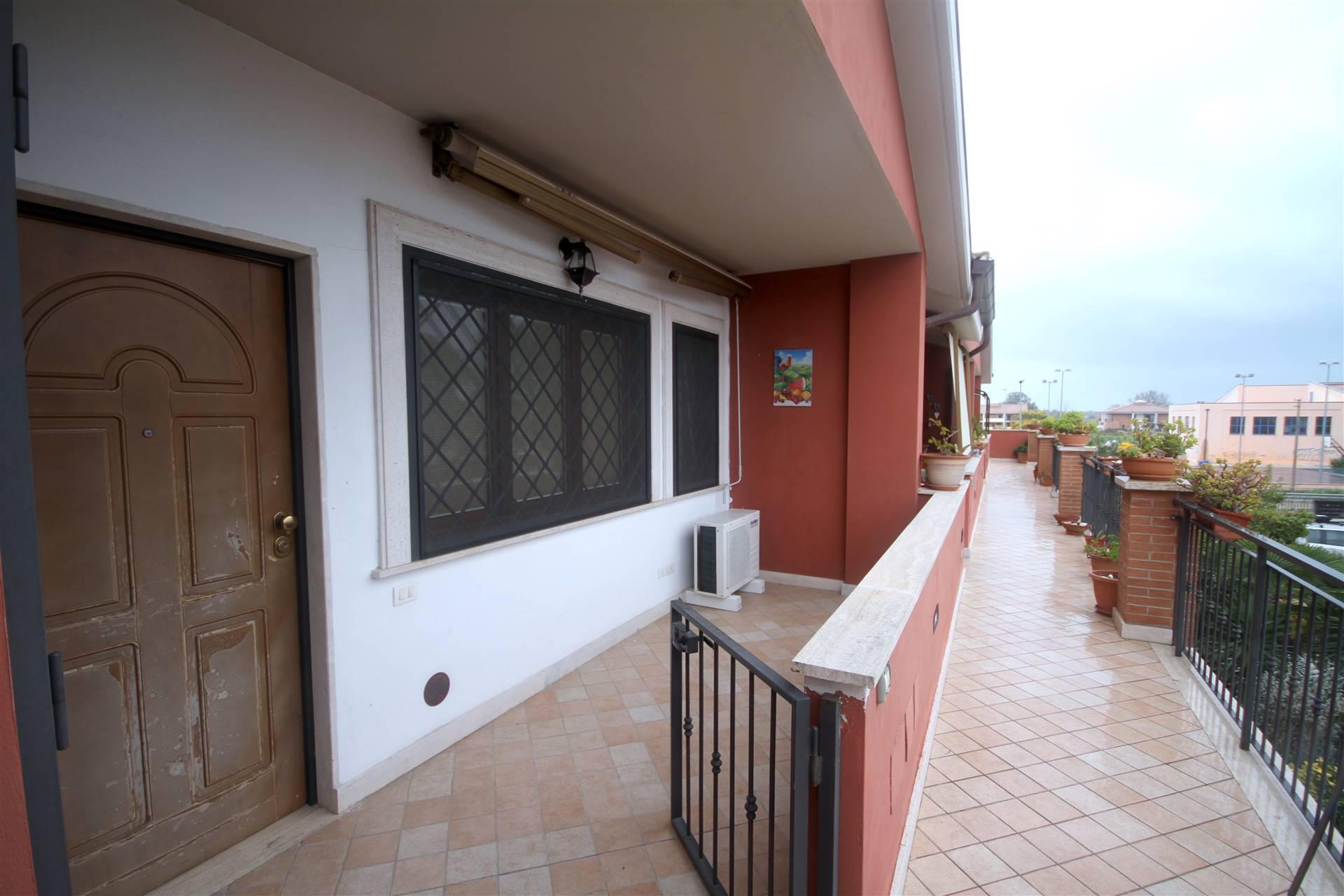 Affittiamo nel quartiere dell'Infernetto, precisamente in Via Cles. 51, un appartamento bilivelli con Soggiorno, Angolo cucina, camera bagno al piano primo e sottotetto con 2 vani. Tenda da sole