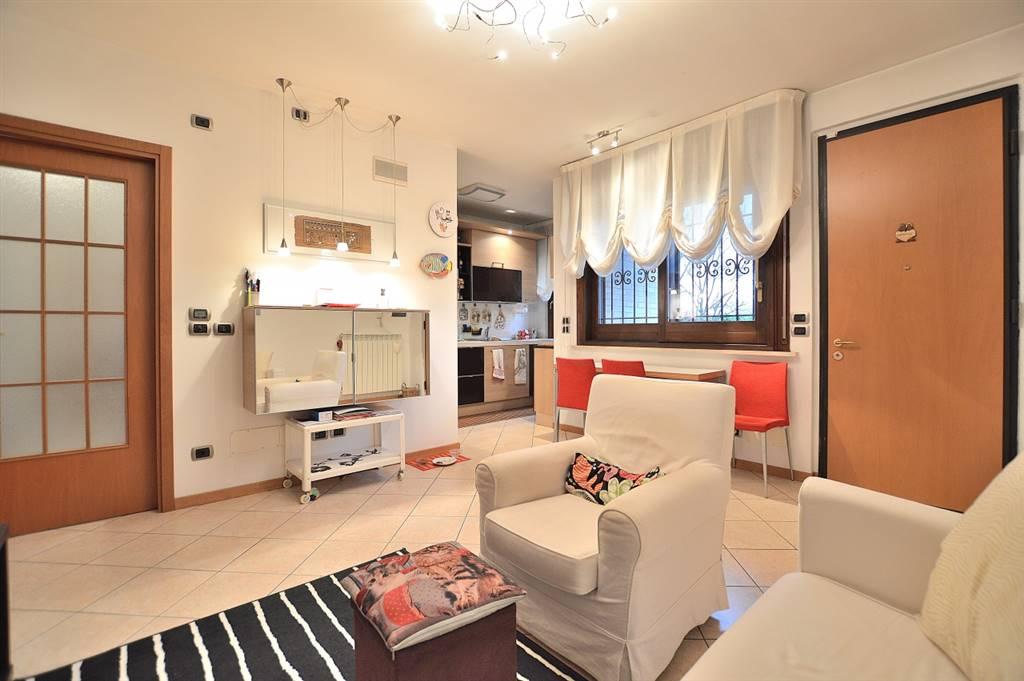 Isola d'Arbia, in piacevole contesto residenziale, proponiamo appartamento con ingresso indipendente e giardino posto al piano terra rialzato di una piccola palazzina in mattoni faccia vista.