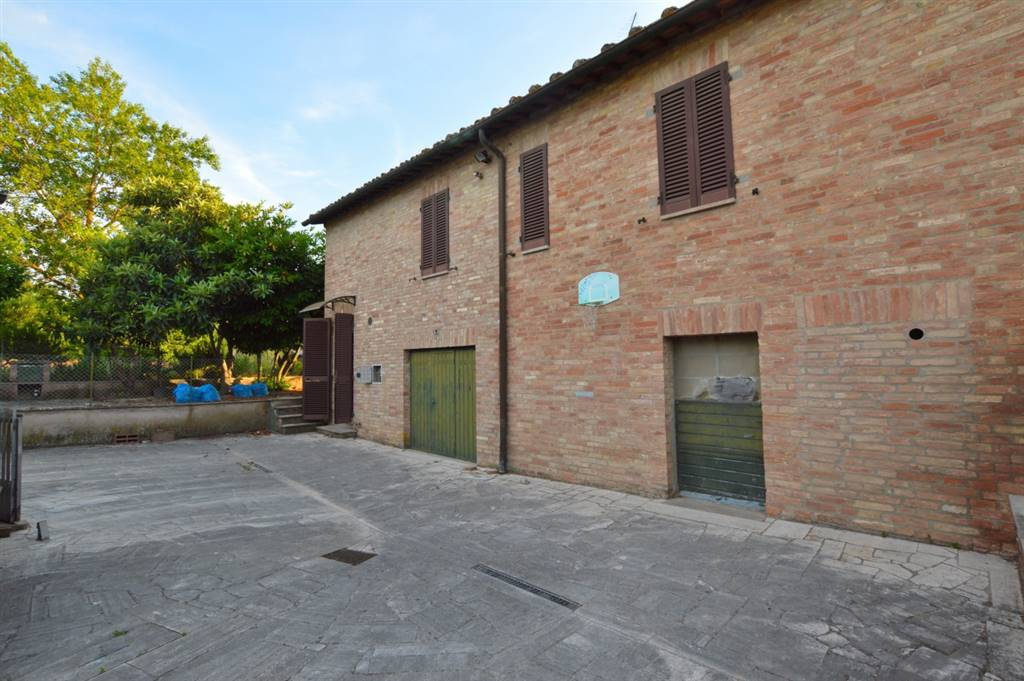Nel Comune di Siena, a ca 6 km dalla città, proponiamo porzione di podere con ampio giardino così composto: al piano primo ed ultimo, abitazione