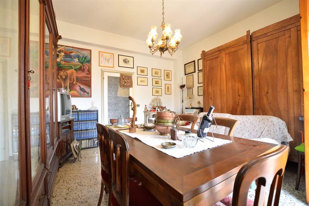 Monteroni, in piacevole contesto residenziale, proponiamo ampio appartamento posto all'interno di una piccola palazzina in mattoni faccia vista così composto: ingresso, luminoso soggiorno, con