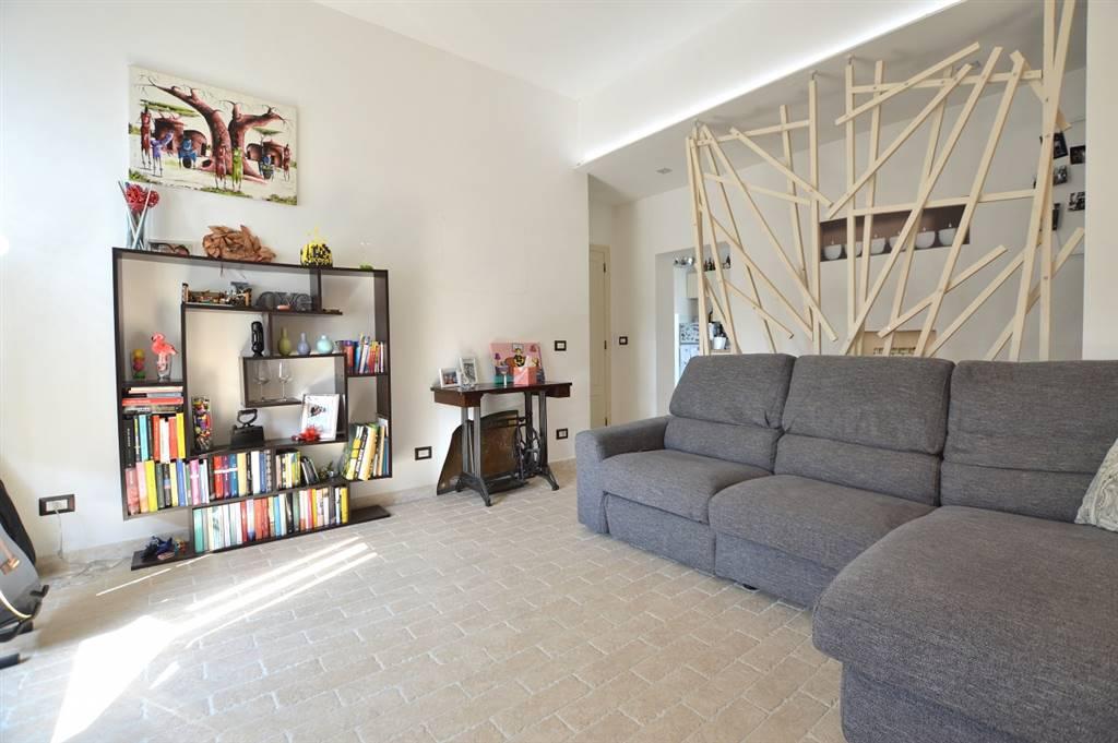 Monteroni d'Arbia, in zona centrale molto tranquilla e riservata, proponiamo appartamento finemente ristrutturato posto al primo ed ultimo piano di una piccola palazzina di soli 5 condomini così