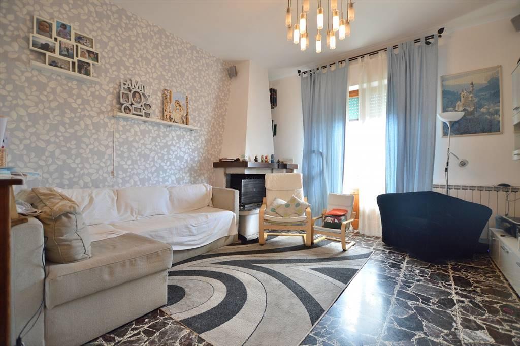 Monteroni, in zona centrale, proponiamo ampio appartamento posto al piano terzo ed ultimo così composto: ingresso, disimpegno, luminoso soggiorno con caminetto e affaccio sul terrazzo esclusivo,