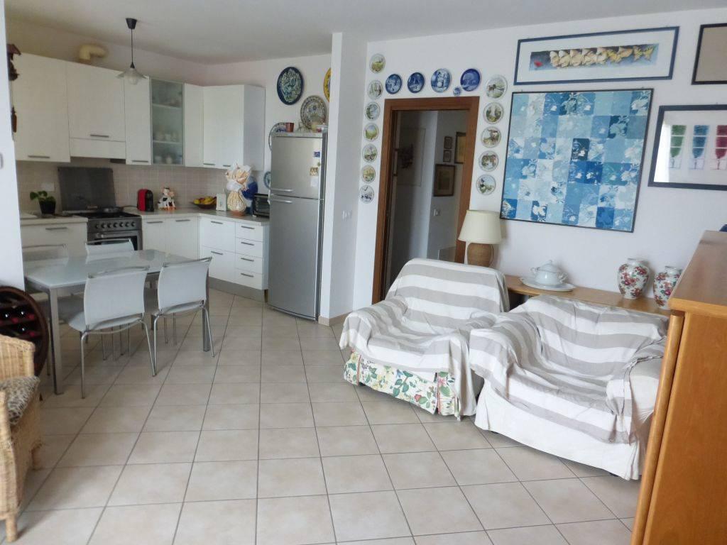 A pochi minuti da Siena ottimo appartamento posto al piano terra composto da ingresso singolo, soggiorno con angolo cottura con accesso a loggia,