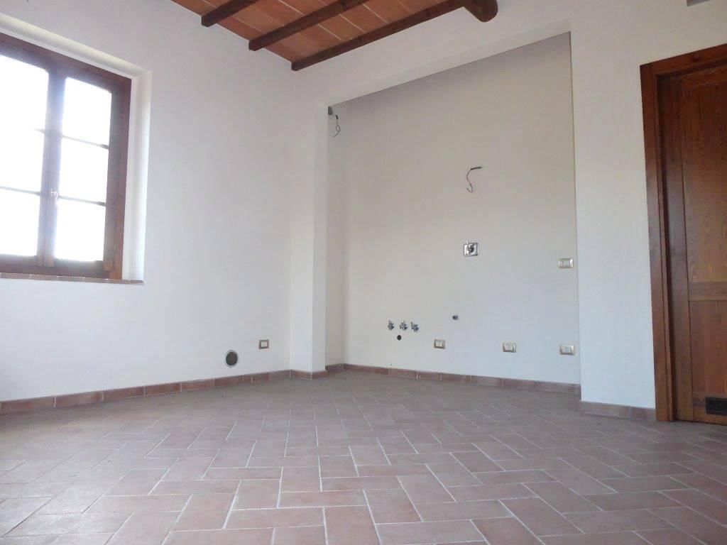 In piacevole contesto, proponiamo appartamento nuovo posto al primo piano di una bella casa colonica così composto: ingresso, ampio e luminoso