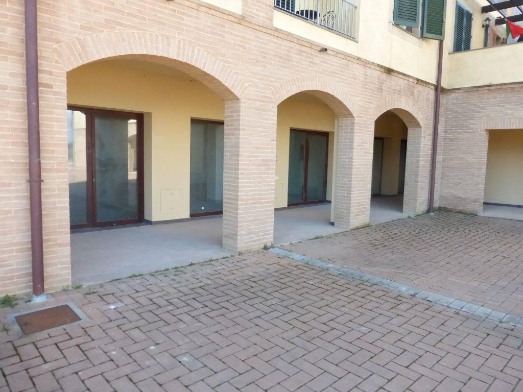 Ottimo locale commerciale ad uso di Negozio posto al piano terra composto da ingresso singolo al quale si accede da un grazioso portico aperto al