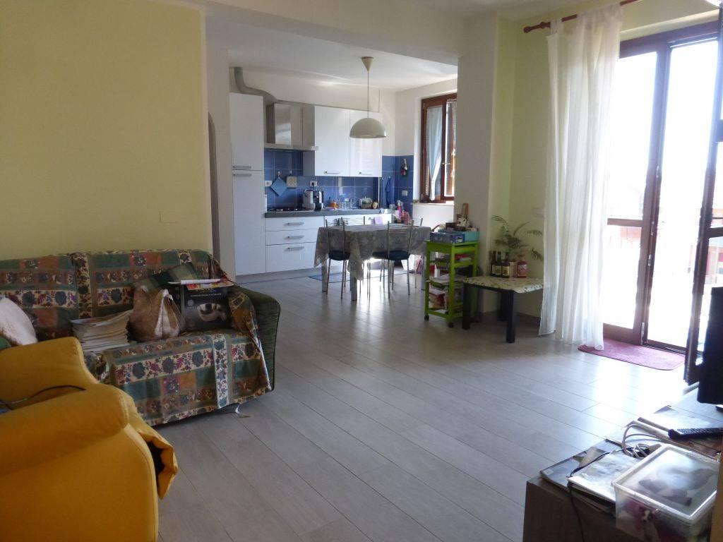 Monteroni d'Arbia, in località Ponte a Tressa, in palazzina di recente costruzione (2011) vendesi ampio bilocale ottimamente rifinito. L'appartamento, al secondo piano con ascensore, è così