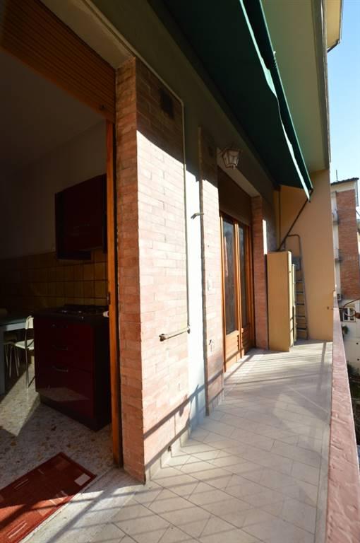A due passi dal centro ed a tutti i servizi, appartamento trilocale posto al secondo piano di una palazzina in ottime condizioni così composto: ingresso, cucina abitabile con accesso al balcone,