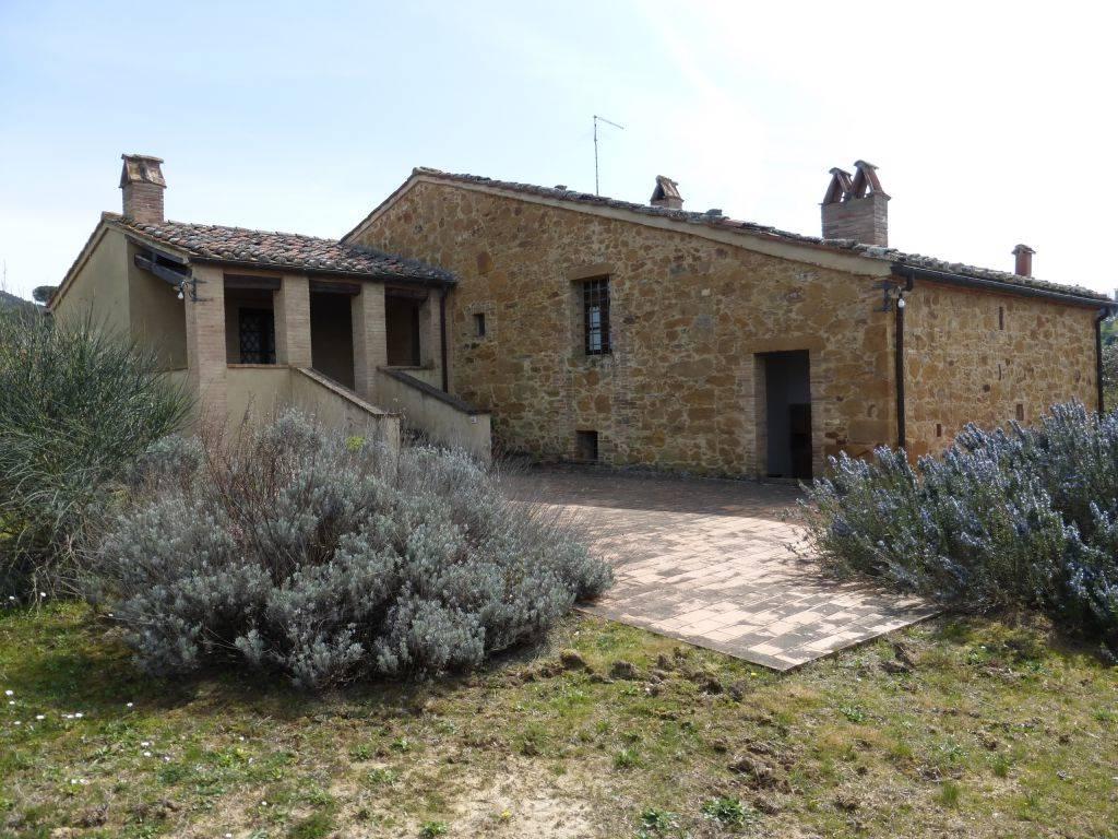 In bella posizione, caratteristico casale in pietra di complessivi mq circa 300 sviluppato su due livelli. Al piano terra la vecchia stalla che