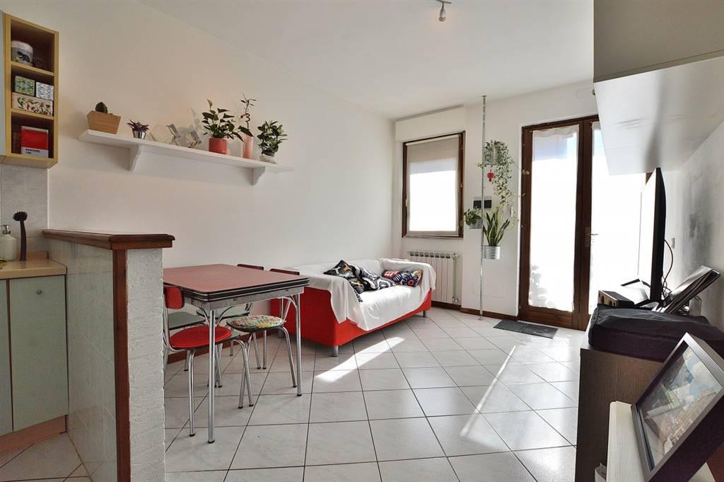 Badesse, in piacevole contesto residenziale, proponiamo appartamento posto al piano terra di una bella palazzina in mattoni faccia vista così