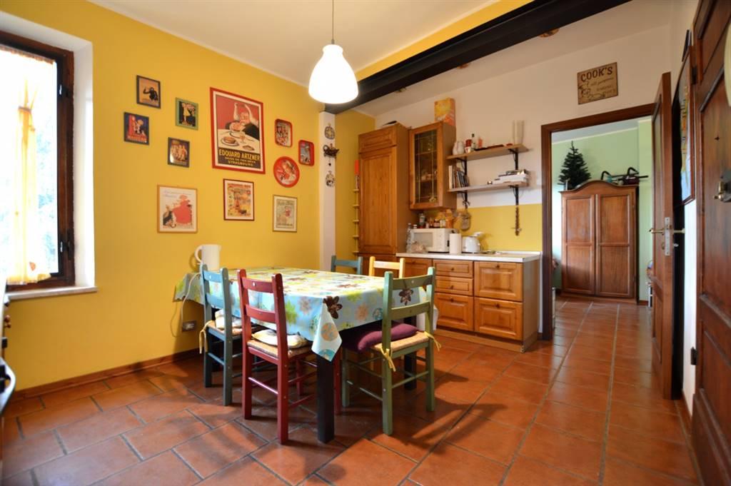 In Via Aretina, non lontano da Porta Pispini, in zona ben servita proponiamo appartamento ristrutturato posto al secondo piano di piccola palazzina così composto: ingresso, cucina abitabile,